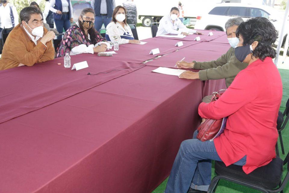 Gobernador de Puebla llega a la zona del socavón para reunirse con afectados