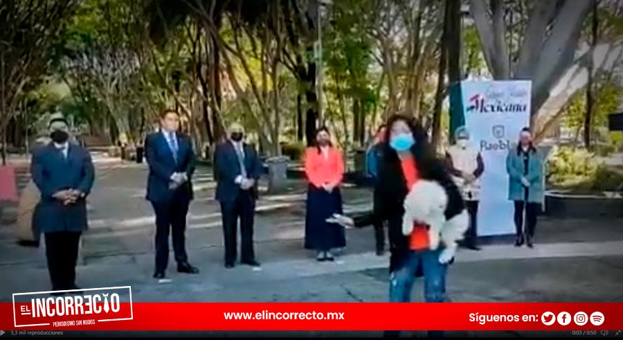 Poblana reclama a Claudia Rivera por falta de obras en plena ceremonia (+VIDEO)